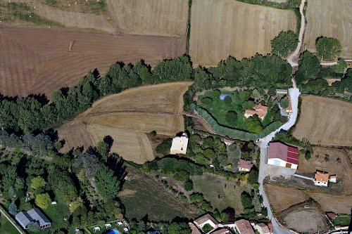 Vista aérea del torreón de los Duques de Abrantes en ruinas, en Huérmeces