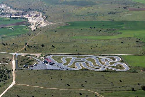 Vista aérea de un circuito de karts en La Higuera