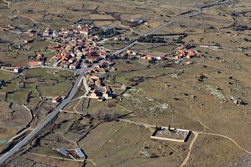 Vista aérea de Martiherrero y la crtra de Avila a Muñico