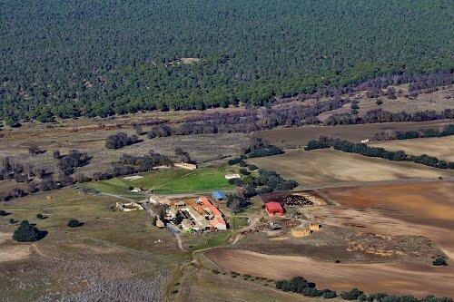 Vista aérea del caserío de Moñivas y la ermita de Santa Bárbara, en Muñopedro