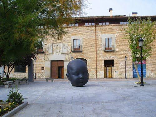 """Arévalo (Ávila). Plaza de El Salvador. Escultura """"Carmen dormida"""". Autor: Antonio López"""