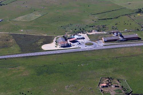 Vista aérea de una estación de servicio en Torrecaballeros