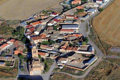 Vista aérea de Puras y su iglesia de La Asunción