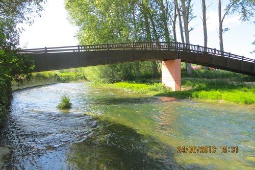 Pasarela peatonal en el río Ayuda. Berantevilla (Álava). España.