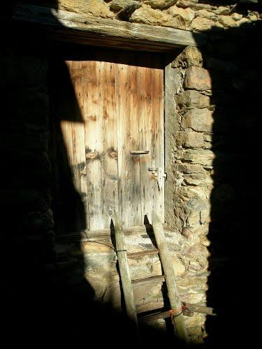 Castanesa - Escalera y puerta