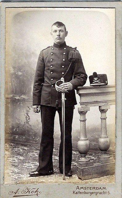 Benignus Dankaart met sabel M1895