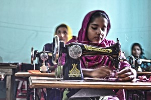 Bangladeshes_women_sewing_cluits