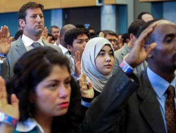 New US citizens take the Oath of Allegiance during an Independence Day naturalisation ceremony in Seattle, Washington, US on July 4, 2016. (REUTERS/DAVID RYDER)
