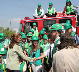 Photo of First Lady Maria Shriver with CERT volunteers