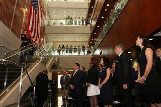 Un momento de reflexión. En la foto: El Embajador John D. Feeley y su esposa Cherie Feeley, la vice presidenta Isabel Saint Malo de Alvarado y la artista Olga Sinclair.