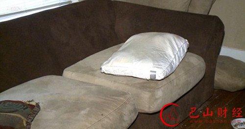 美国女子归家 雌雄大盗正在沙发上全裸淫荡做爱十分不雅