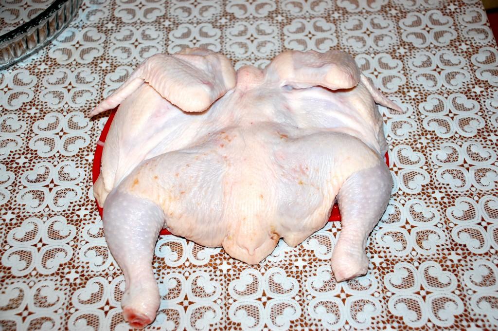 Разрезаем цыпленка вдоль грудки