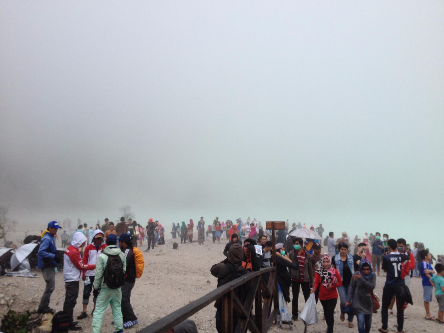 Kabut putih menguasai danau