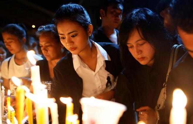 泰国民众举办烛光集会 悼念国王普密蓬