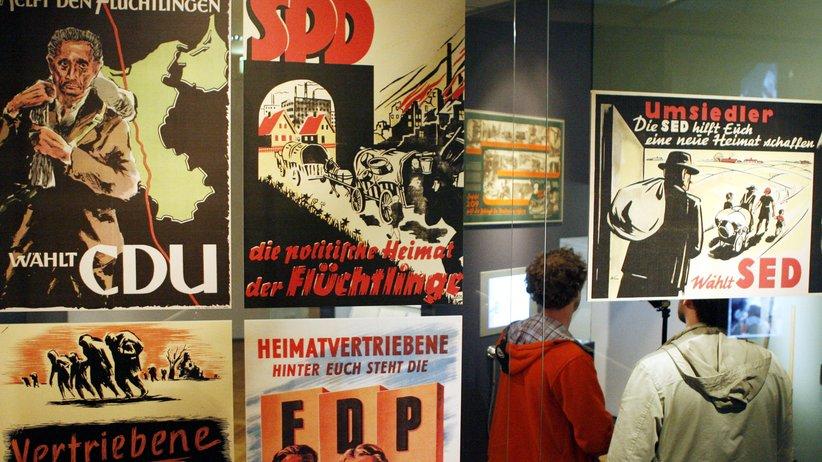 """Flüchtlinge: Wahlplakate der Nachkriegszeit in der Ausstellung """"Flucht – Vertreibung – Integration"""" im Deutschen Historischen Museum in Berlin 2006."""