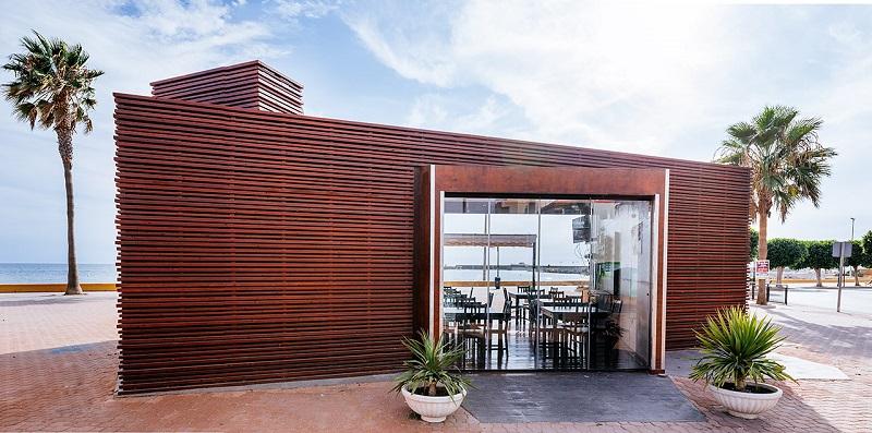Nuevo chiringuito de diseño en madera vista lateral Caleidoscopio Adra (Murcia