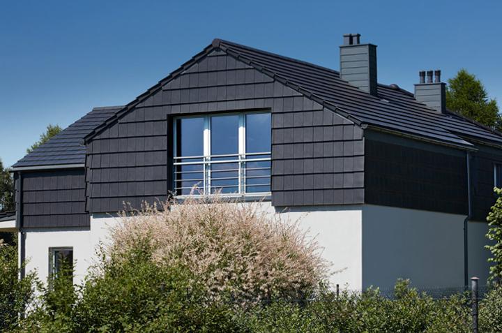 Dach i elewacja domu pokryta płaską dachówką Orea 9