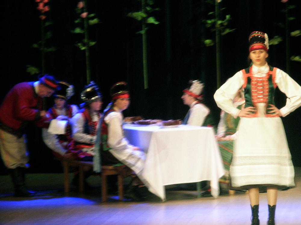 """Występ podczas Dnia Kultury Kurpiowskiej w kategorii wiekowej """"młodzież"""". Sposób śpiewania niektórych młodych Kurpianek świadczył o tym, że w równym stopniu co tradycją, inspirowały się również muzyką pop i r'n'b."""
