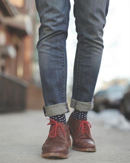 сочетание-мужских-носков-и-джинсов