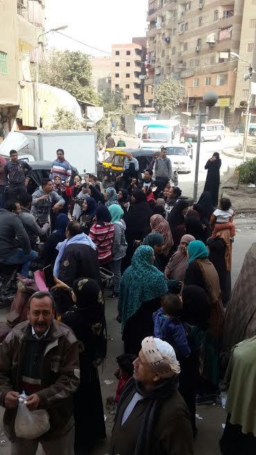 «باطل» و«حسبنا الله».. هتافات المواطنين أمام المخابز بعد قرار وزير التموين.. صور