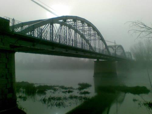 Puente de Hierro con niebla