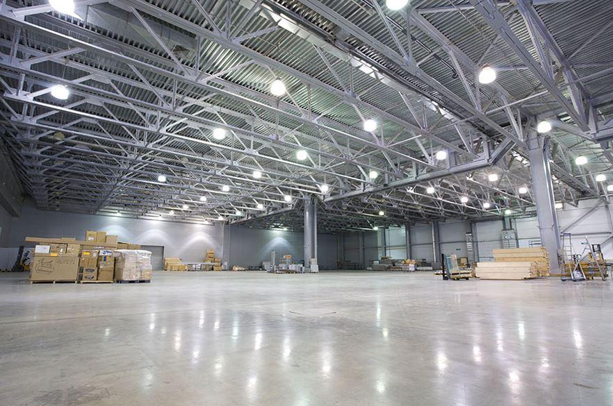 Светодиодное освещение склада прожекторами на подвесах