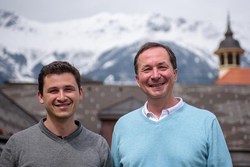 Erstautor Stefan Coassin (li) und der Direktor der Sektion für genetische Epidemiologie, Florian Kronenberg