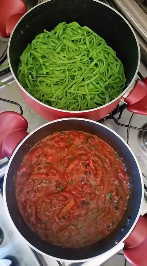 Massa de espinafre e molho picante