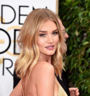 Rosie-Huntington-Whiteley-Golden-Globes-2016-hairstyle-blonde-center-part-wavy-blonde