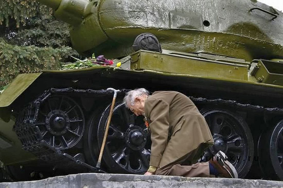 russian-war-veteran-kneels-beside-tank-he-spent-the-war-in