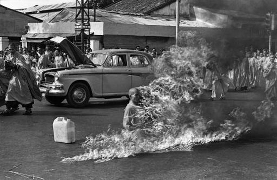 Vietnam Monk sets himself on fire