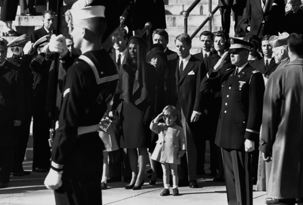john-f-kennedy-jr-salutes-his-fathers-coffin-along-with-the-honor-guard