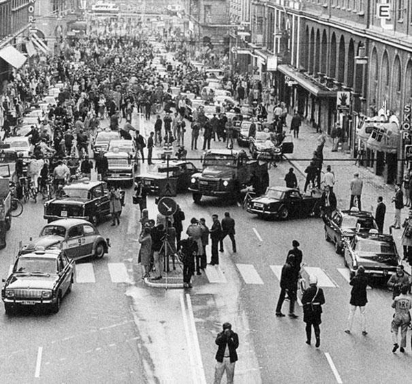 Sweden-changed-from-driving-on-the-left-side-to-driving-on-the-right-1967-this-is-what-happened-on-the-first-morning