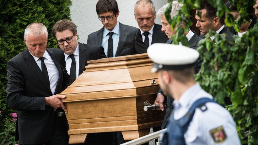 Altkanzler: Männer tragen am 22. Juni einen Sarg aus dem Wohnhaus von Helmut Kohl in Ludwigshafen-Oggersheim.