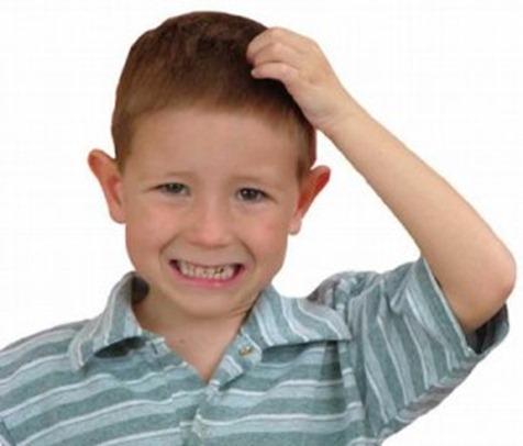 piojos, niño rascando su cabeza