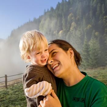 mom-child-travel-mountains