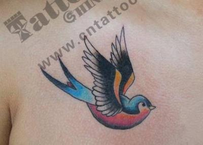 胸前的燕子纹身图案