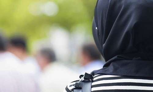 US city agrees to pay $85,000 to Muslim woman whose hijab was removed by police