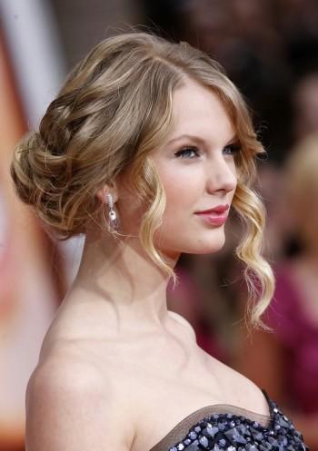 Taylor-Swift-Loose-Bun-Updo