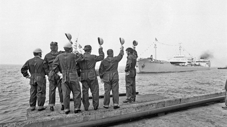 Skibet »Marie Mærsk« hilses velkommen i 1972 ved ankomsten til Stigsnæs med den første danske olie fra Nordsøen.