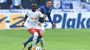 Leipzigs Naby Keita (vo.) und der Schalker Leon Goretzka trafen mit ihren Teams am ersten Bundesligaspieltag aufeinander. S04 gewann mit 2:0. (Quelle: imago/Revierfoto)