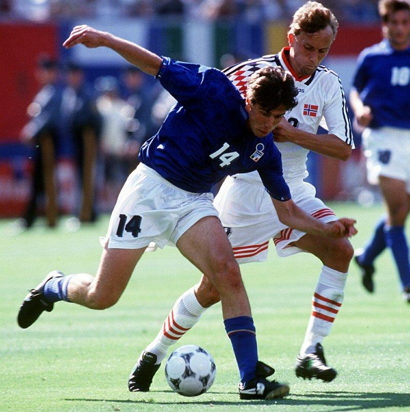 VM 1994: Norge mot Italia. Bohinen i duell mot Nicola Berti, Italia. (Foto: Robin Parker, Digitalsport)