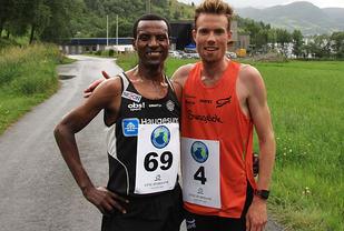 Duellen: Ørjan Grønnevig (th) og Urige Buta, to av Norges beste løpere, kjempet om seieren i det første Vatnet Rundt.