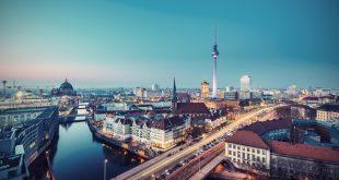 Berlin bei Nacht ist faszinierend, aber die Stadt hat auch tagsüber so einiges zu bieten. Quelle: AR Pictures – 482319088 / Shutterstock.com