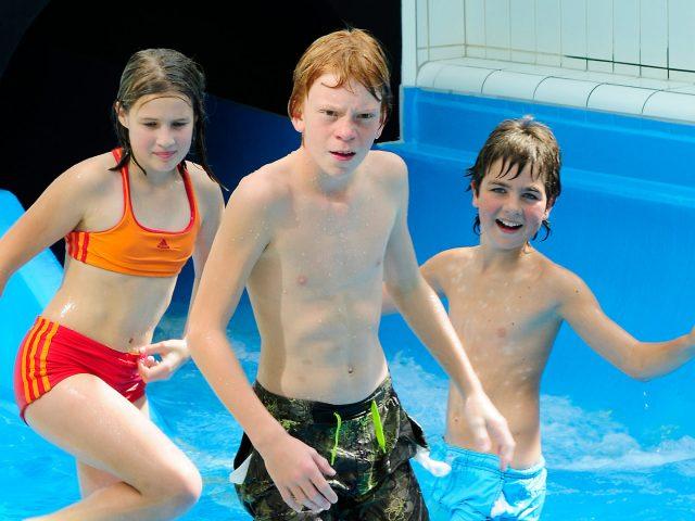 Kids in der Wasserrutsche