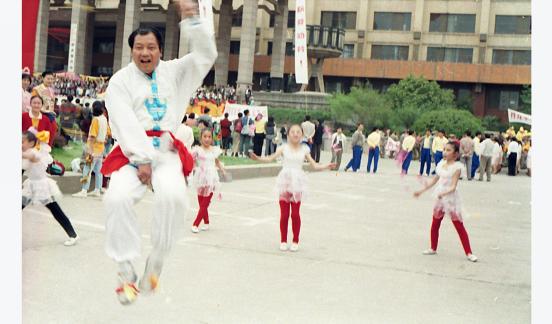 1998年9月绳王胡安民在省政府职工全民健身展演