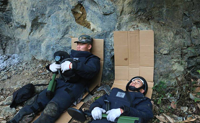 直击中越边境:扫雷官兵冬日席地午休