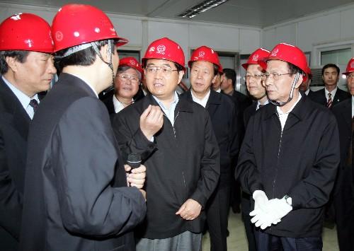 2005年10月1日,胡锦涛在时任中央政治局委员、天津市委书记的张立昌陪同下考察天津钢管集团有限公司。 新华社2008年1月16日发