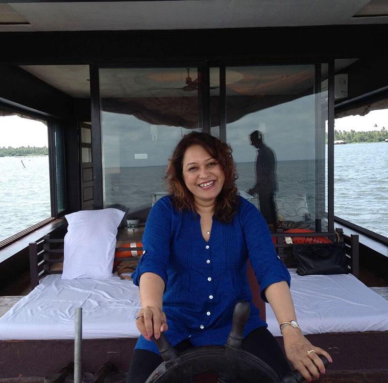 ©2013-TravelScents-piloting-houseboat-kerala-backwaters