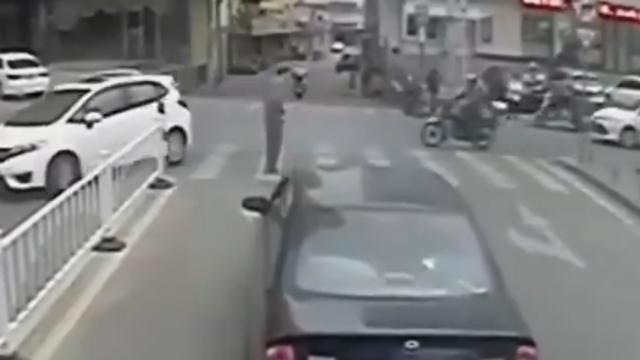 路遇蹒跚老人,公交司机下车搀扶